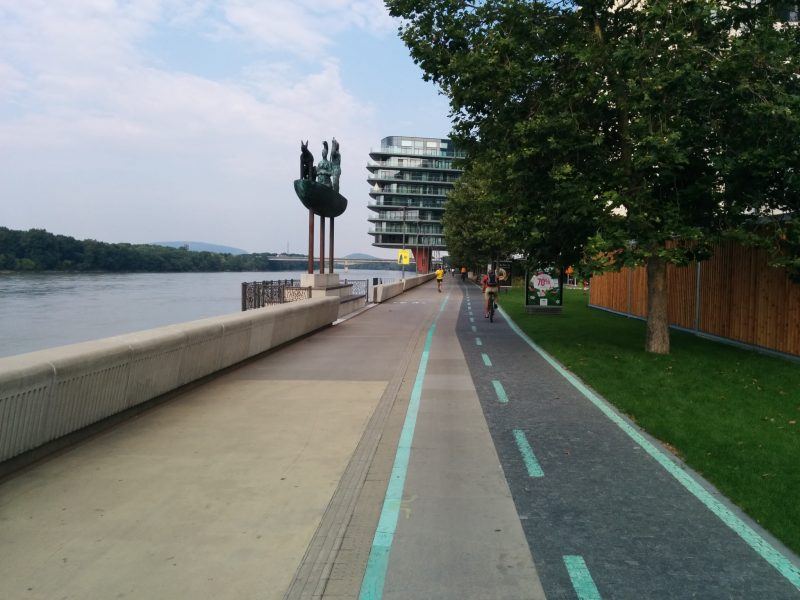"""Úsek River Park v súčasnosti. Developer """"zabudol"""" na cyklotrasu a potom ju musel dodatočne vyznačiť, preto to vyzerá tak otrasne."""