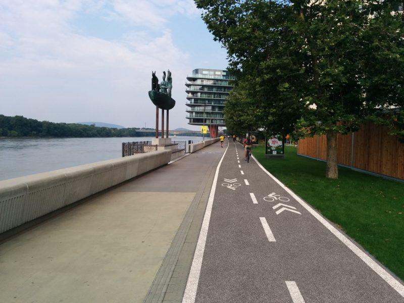 Minimalistická verzia: Úsek River Park by sa mal nanovo vybudovať, pričom časť určená pre cyklistov by mala byť z iného materiálu ako časť pre chodcov.