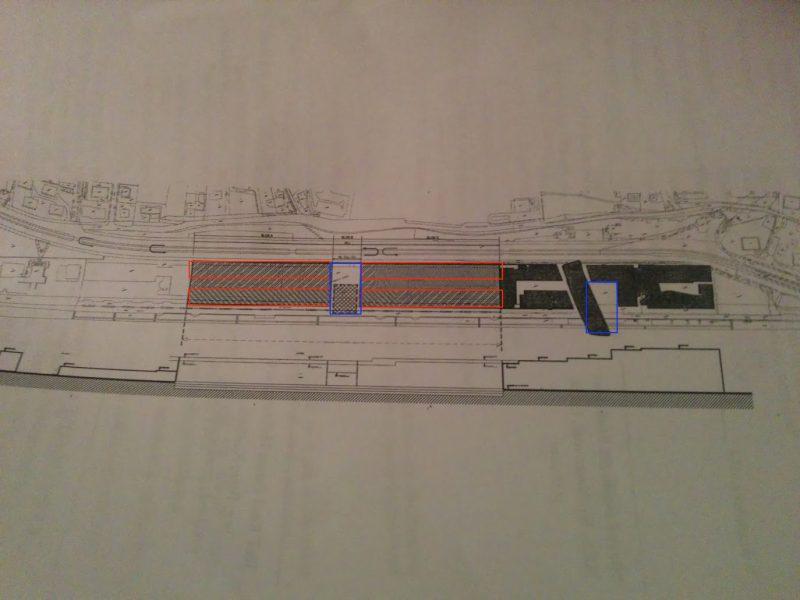 Možné rozloženie budov (červené obrysy) a námestie s planetáriom (modrý obdĺžnik) v porovnaní s veľkosťou existujúceho verejného priestoru pred v súčasnom River Parku.