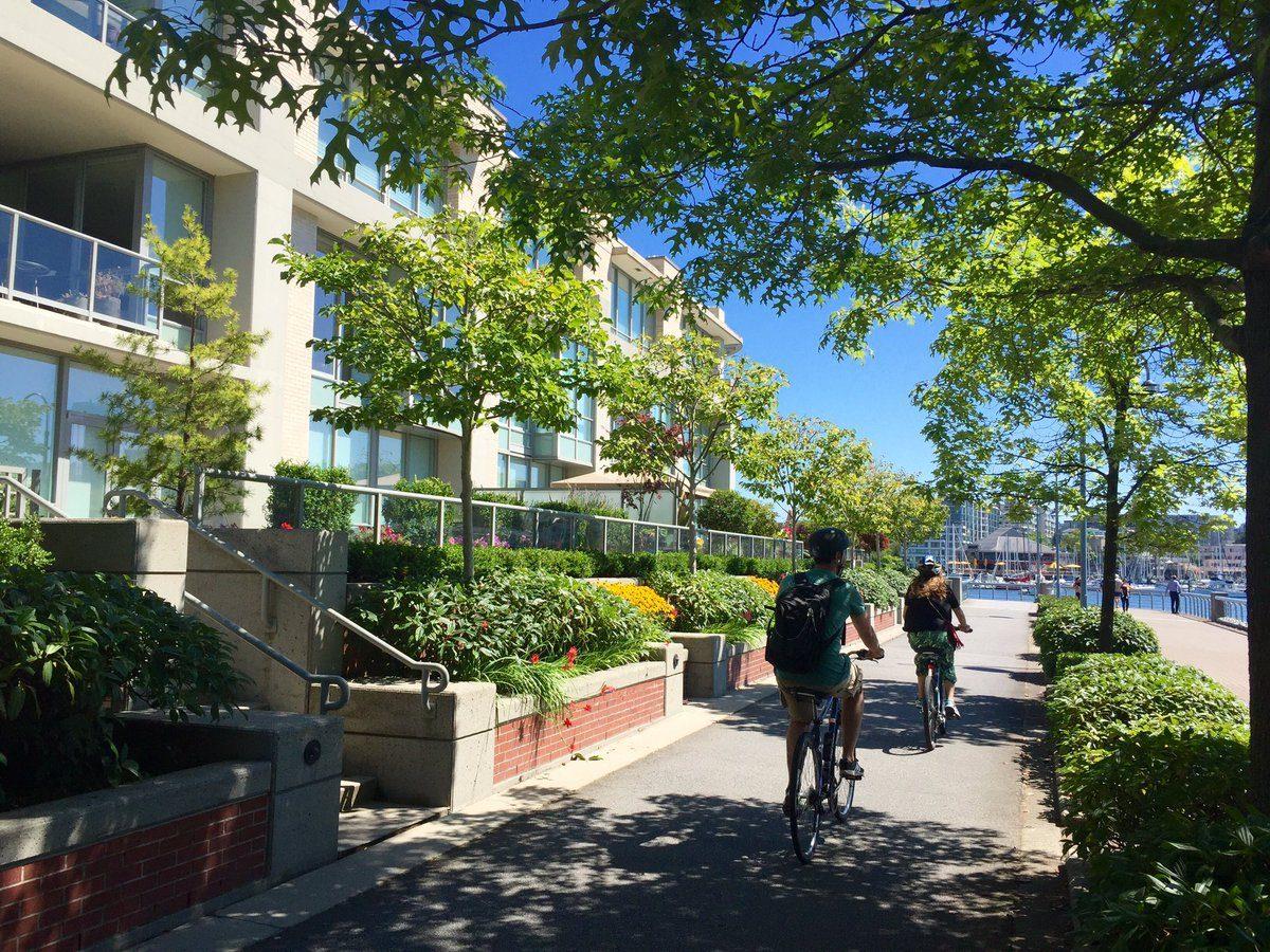 Development s vysokou hustotou bývania i administratívy, cyklotrasa a pešia trasa na nábreží - Vancouver, Kanada.