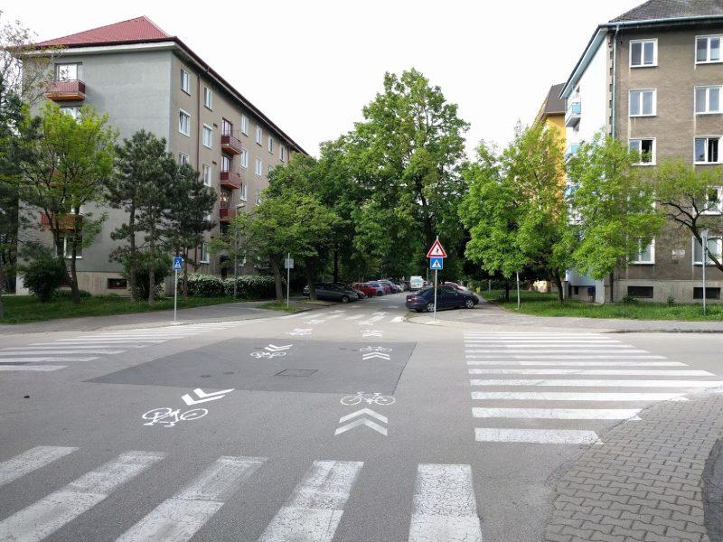 Vodorovné aj zvislé dopravné značenie označujúce zvýšený pohyb cyklistov