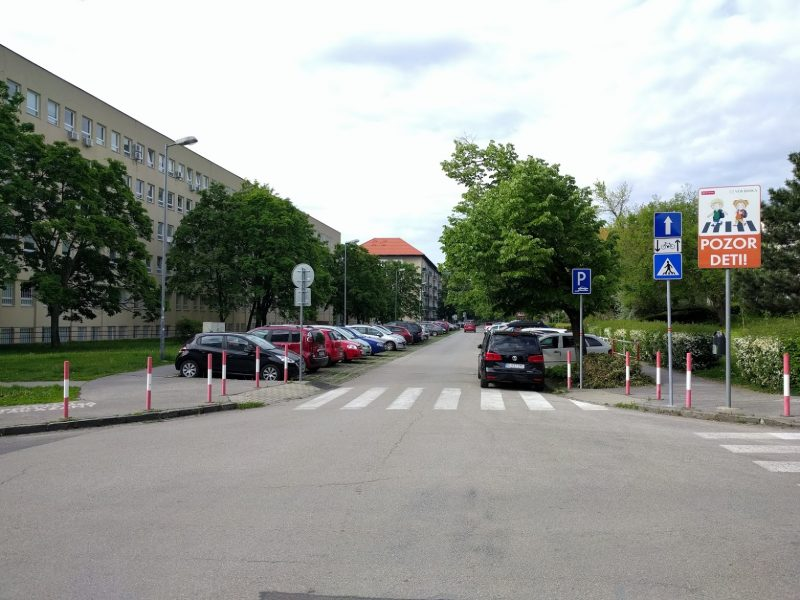 Doplnenie dopravného značenia upozorňujúceho vodičov, že v protismere je povolená jazda cyklistov - pohľad z križovatky s Legerského