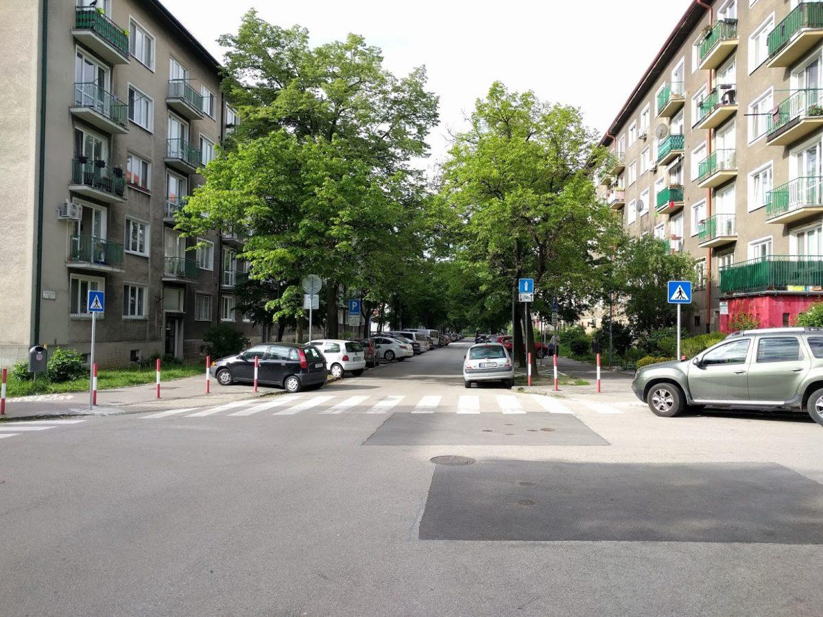Doplnenie dopravného značenia upozorňujúceho vodičov, že v protismere je povolená jazda cyklistov - pohľad z križovatky s Šuňavcovou