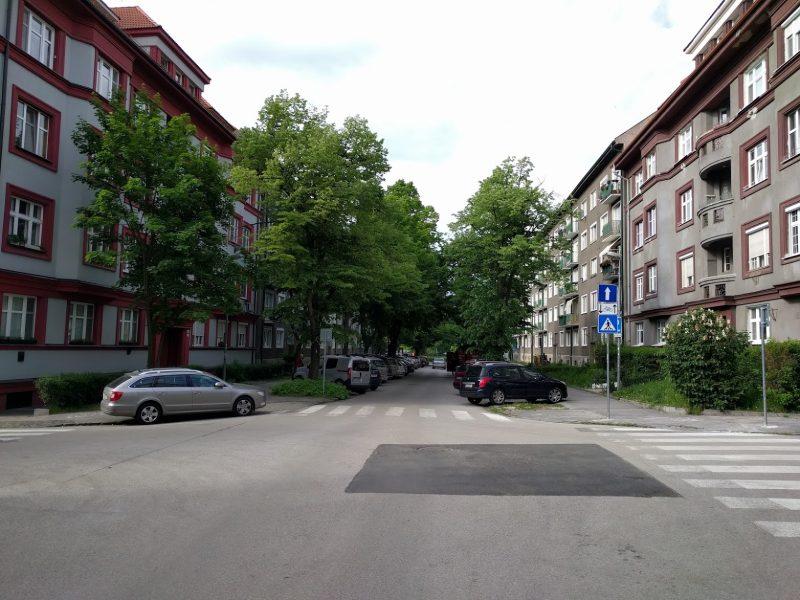Doplnenie dopravného značenia upozorňujúceho vodičov, že v protismere je povolená jazda cyklistov - pohľad z križovatky s Ursínyho