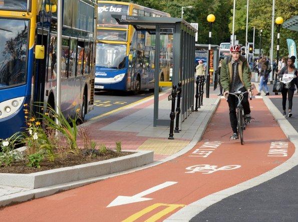 Ilustračná fotka z anglického Manchestru: cyklotrasa bezpečne obchádza poza zastávku MHD