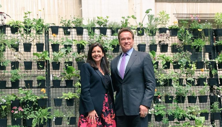 Anne Hidalgo, starostka Paríža, a Arnold Schwarzenegger, bývalý guvernér Kalifornie