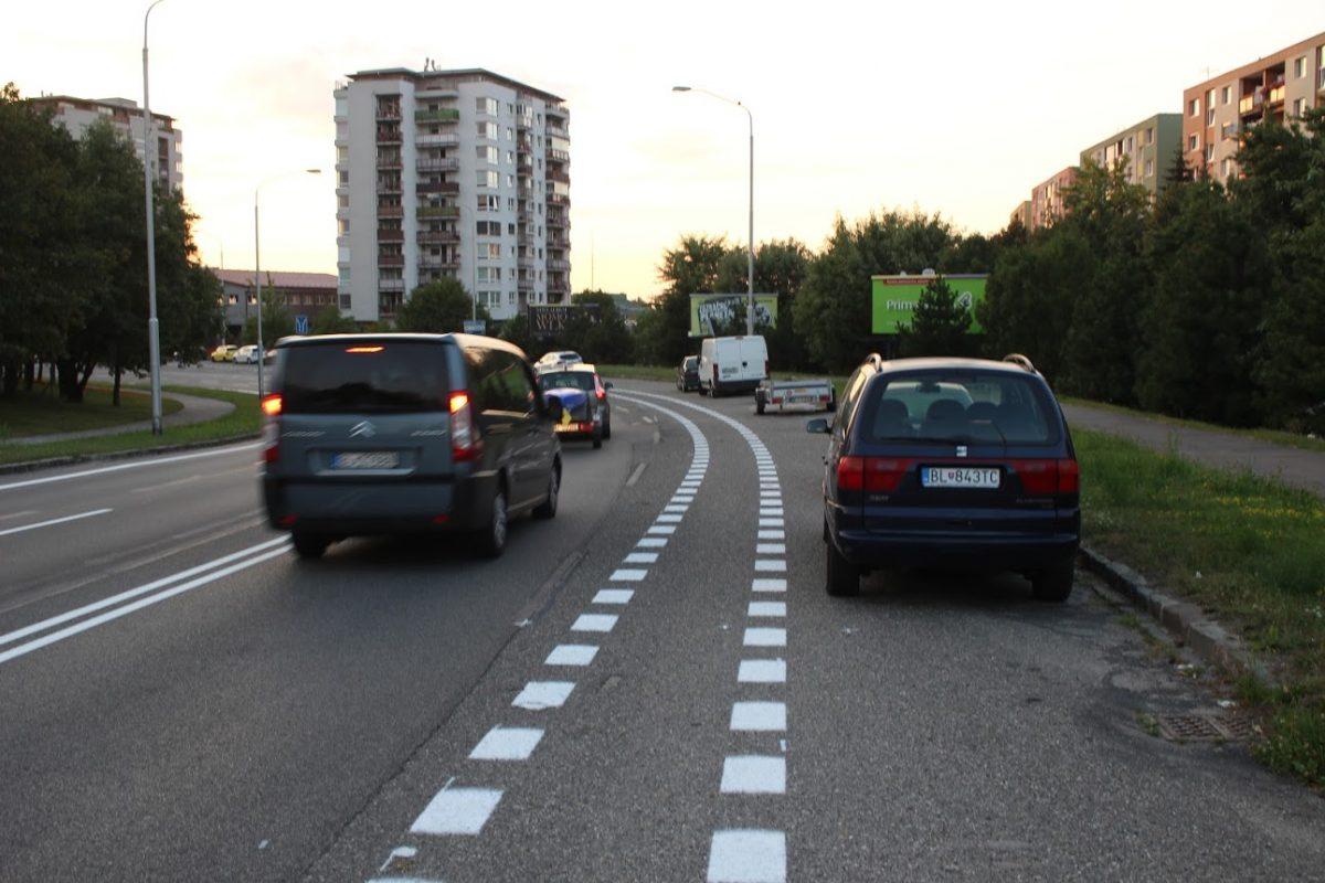Budúci vyhradený pruh pre cyklistov medzi jazdným pruhom (autopruhom) vľavo a parkovacím pruhom (vpravo) - už len stačí otvoriť dvere na tej Alhambre rovno do dráhy cyklistovi (mesto sa z cyklopruhu na Košickej nepoučilo)