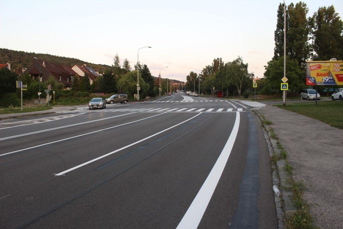 3 jazdné pruhy pre autá v smere do sídliska a dlhočizný nebezpečný priechod pre chodcov