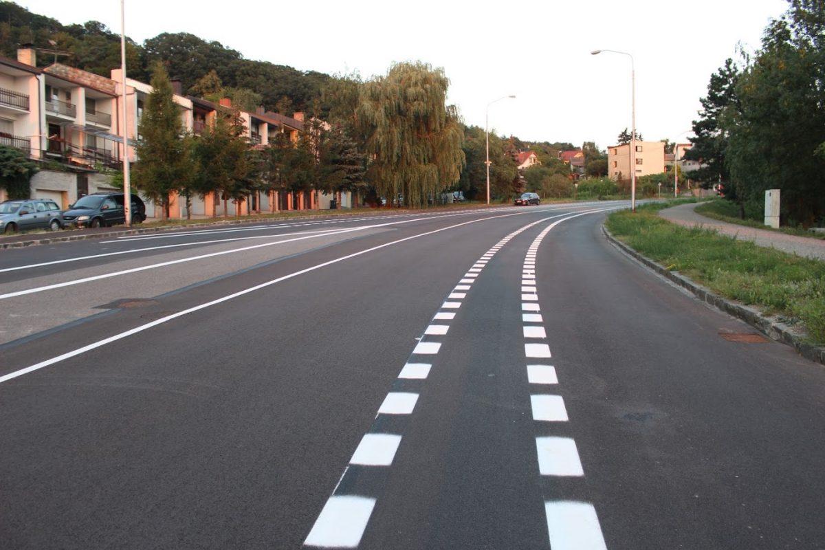 Budúci vyhradený pruh pre cyklistov medzi jazdným pruhom (autopruhom) vľavo a parkovacím pruhom (vpravo)